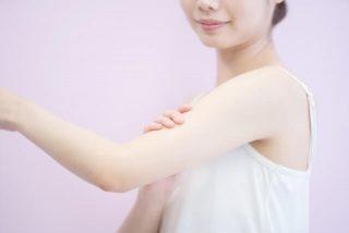 手触りの良いシルクのアームカバーをつけているイメージ